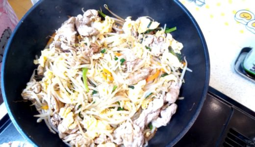 【アラフィフおでぶの料理】昼御飯に豚玉の野菜炒め&きゅうりとトマトのツナ和えを作る!(✿^‿^)